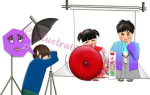 七五三の撮影で変顔・傘回しするカメラマン泣かせの子どもたちのイラスト